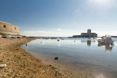 Βάρκες που επιπλέουν σε μια ρηχή και ήρεμη θάλασσα, κοντά στην ακτή εγώ Στοκ Εικόνες
