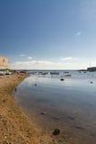 Βάρκες που επιπλέουν σε μια ρηχή και ήρεμη θάλασσα, κοντά στην ακτή εγώ Στοκ Φωτογραφίες