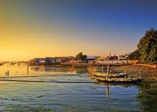 Βάρκες που επιπλέουν στην ακτή στοκ φωτογραφίες