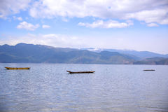 Βάρκες που επιπλέουν στη λίμνη Στοκ Εικόνες
