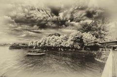 Βάρκες που ελλιμενίζουν στην ακτή στοκ εικόνες