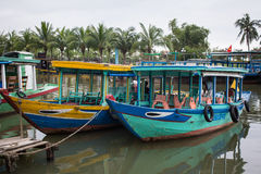 Βάρκες που ελλιμενίζουν στο λιμενοβραχίονα σε Hoi, Βιετνάμ Στοκ Φωτογραφία