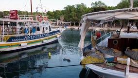 Βάρκες που λικνίζουν στο ευγενές θαλάσσιο νερό, λιμάνι του Γαλαξειδίου στο σούρουπο, Ελλάδα φιλμ μικρού μήκους