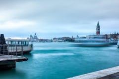 Βάρκες που πλέουν με το κανάλι Giudecca Στοκ Εικόνες