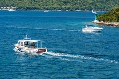 Βάρκες που πλέουν στην αδριατική θάλασσα στην Κροατία Στοκ φωτογραφία με δικαίωμα ελεύθερης χρήσης
