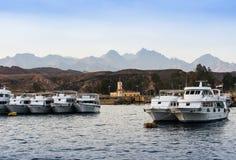 Βάρκες που στέκονται κατά μήκος της ακτής στη Ερυθρά Θάλασσα ενάντια στο backgr στοκ φωτογραφίες