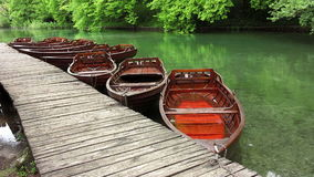 Βάρκες που σταθμεύουν στην αποβάθρα βαρκών στο εθνικό πάρκο Plitvice απόθεμα βίντεο