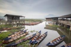 Βάρκες που σταθμεύουν στη λίμνη Rawa Pening, Ινδονησία στοκ εικόνα