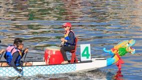 Βάρκες που συναγωνίζονται στον ποταμό αγάπης για το φεστιβάλ βαρκών δράκων σε Kaohsiung, Ταϊβάν Στοκ φωτογραφία με δικαίωμα ελεύθερης χρήσης