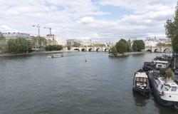 Βάρκες που ταξιδεύουν τον ποταμό του Σηκουάνα στο Παρίσι Στοκ εικόνα με δικαίωμα ελεύθερης χρήσης