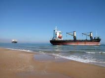 Βάρκες προσαραγμένες στην παραλία Saler, Βαλένθια, Ισπανία Σκάφος εμπορευματοκιβωτίων μετά από να τρέξει προσαραγμένο τρέξιμο προ στοκ εικόνα