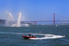 Βάρκες πυροσβεστικής υπηρεσίας και χρυσή γέφυρα πυλών Στοκ εικόνα με δικαίωμα ελεύθερης χρήσης