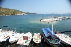 Βάρκες σε λίγο λιμάνι, νησί της Ελλάδας Kerkira στοκ φωτογραφία