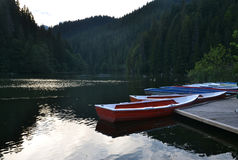 Βάρκες σε μια λίμνη βουνών Στοκ Φωτογραφία