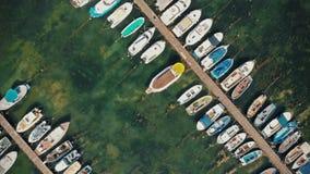 Βάρκες σε μια εναέρια άποψη αποβαθρών φιλμ μικρού μήκους