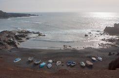 Βάρκες στην άμμο λάβας Στοκ εικόνα με δικαίωμα ελεύθερης χρήσης