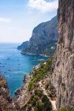 Βάρκες στην ακτή απότομων βράχων του νησιού Capri στοκ φωτογραφίες με δικαίωμα ελεύθερης χρήσης