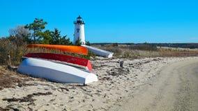 Βάρκες στην ακτή με το φάρο στοκ φωτογραφία με δικαίωμα ελεύθερης χρήσης