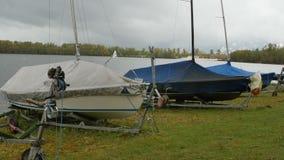 Βάρκες στην ακτή στη λίμνη απόθεμα βίντεο