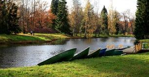Βάρκες στην ακτή στο πάρκο φθινοπώρου Στοκ φωτογραφία με δικαίωμα ελεύθερης χρήσης