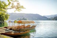 Βάρκες στην ακτή της αιμορραγημένης λίμνης στη Σλοβενία Στοκ εικόνες με δικαίωμα ελεύθερης χρήσης