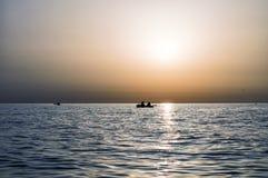 Βάρκες στην ανατολή στη θάλασσα Στοκ Εικόνες