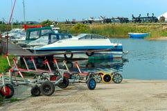 Βάρκες στην αποβάθρα, εξαρτήματα ιστιοπλοϊκά, ρυμουλκό για τις βάρκες και τα γιοτ Στοκ Φωτογραφίες