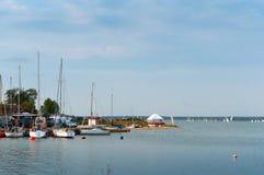 Βάρκες στην αποβάθρα, εξαρτήματα ιστιοπλοϊκά, ρυμουλκό για τις βάρκες και τα γιοτ Στοκ εικόνες με δικαίωμα ελεύθερης χρήσης