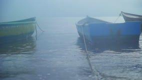 Βάρκες στην αποβάθρα στην ομίχλη φιλμ μικρού μήκους