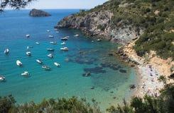 Βάρκες στην μπλε και πράσινη θάλασσα, Argentario στοκ εικόνες