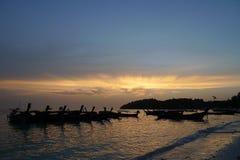 Βάρκες στην παραλία ηλιοβασιλέματος στοκ φωτογραφίες με δικαίωμα ελεύθερης χρήσης