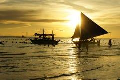 Βάρκες στην παραλία στο ηλιοβασίλεμα Στοκ εικόνες με δικαίωμα ελεύθερης χρήσης