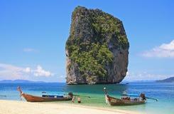 Βάρκες στην τροπική παραλία, Ταϊλάνδη Στοκ εικόνα με δικαίωμα ελεύθερης χρήσης
