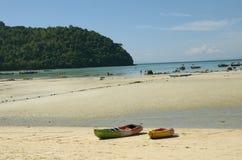 Βάρκες στη θερινή παραλία στοκ εικόνες