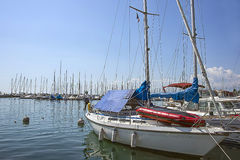 Βάρκες στη μαρίνα στο λιμάνι κόλπων λιμνών της Γενεύης στη Λωζάνη, Switzerla Στοκ εικόνα με δικαίωμα ελεύθερης χρήσης