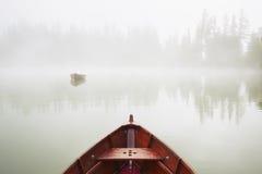 Βάρκες στη μυστήρια ομίχλη Στοκ Εικόνες