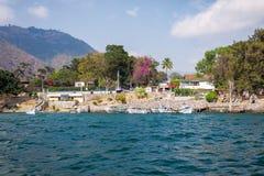 Βάρκες στις αποβάθρες στο μικρό χωριό Panajachel, λίμνη Atitlan, Γουατεμάλα στοκ φωτογραφία με δικαίωμα ελεύθερης χρήσης