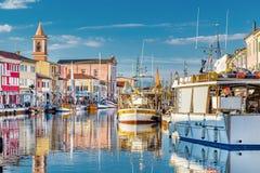 βάρκες στον ιταλικό λιμένα καναλιών στοκ φωτογραφία με δικαίωμα ελεύθερης χρήσης