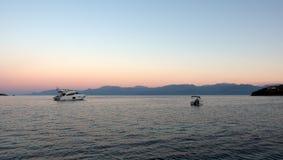 Βάρκες στον κόλπο στη Dawn, Ελλάδα Στοκ Εικόνες