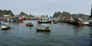 Βάρκες στον κόλπο Halong Στοκ Εικόνα