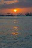 Βάρκες στον ορίζοντα στο ηλιοβασίλεμα, Boracay, Φιλιππίνες Στοκ Εικόνες