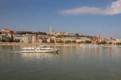 Βάρκες στον ποταμό Δούναβη στη Βουδαπέστη, Ουγγαρία Στοκ Εικόνα