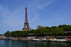 Βάρκες στον ποταμό Σηκουάνας και τον πύργο του Άιφελ στην απόσταση, Παρίσι, Γαλλία Στοκ εικόνα με δικαίωμα ελεύθερης χρήσης