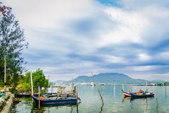 Βάρκες στον ποταμό στο υπόβαθρο μπλε ουρανού στοκ εικόνες