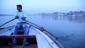 Βάρκες στον ποταμό στο Varanasi φιλμ μικρού μήκους
