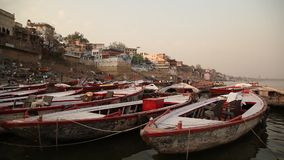 Βάρκες στον ποταμό στο Varanasi απόθεμα βίντεο