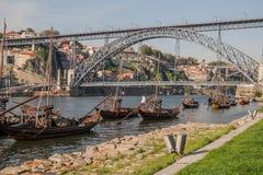 Βάρκες στον ποταμό douro με τη γέφυρα στο υπόβαθρο Στοκ φωτογραφία με δικαίωμα ελεύθερης χρήσης