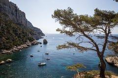 βάρκες στο ήρεμο λιμάνι και όμορφα δύσκολα βουνά σε Calanques de Μασσαλία (Massif des Calanques) στοκ εικόνα με δικαίωμα ελεύθερης χρήσης