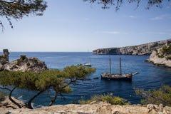 βάρκες στο ήρεμο λιμάνι και όμορφοι απότομοι βράχοι σε Calanques de Μασσαλία (Massif des Calanques) Γαλλία στοκ φωτογραφία με δικαίωμα ελεύθερης χρήσης