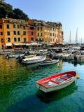 Βάρκες στο ζωηρόχρωμο λιμάνι της φοράδας Al Monterosso σε Cinque Terre Στοκ φωτογραφία με δικαίωμα ελεύθερης χρήσης
